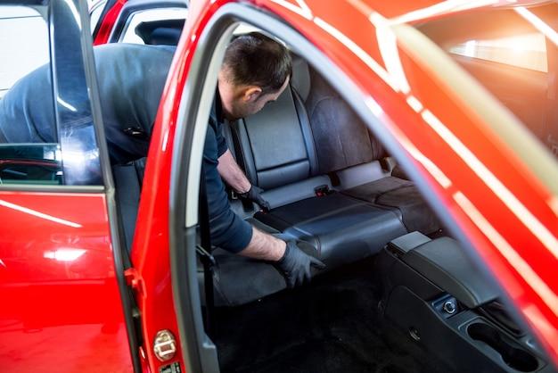 자동차 서비스 작업자가 자동차 내부를 분해합니다.