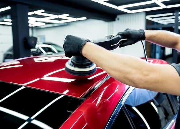 車を磨くカーサービスワーカー