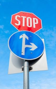 交通の方向と車の標識