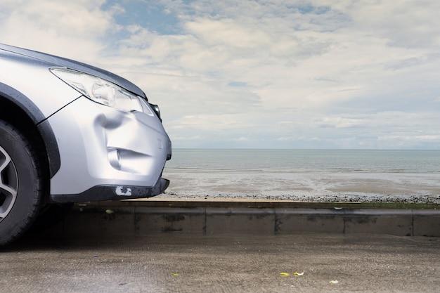 車のシルバーカラークラッシュダメージバンパー故障事故