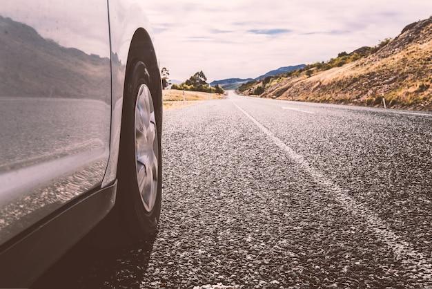 道路上に立って車