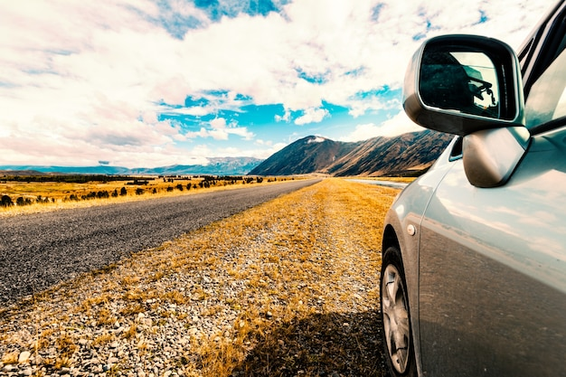 Автомобиль, стоящий на обочине дороги