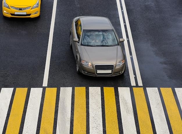 Автомобиль остановился на перекрестке с зеброй