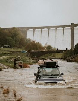 車がダム構造の近くで洪水に巻き込まれた