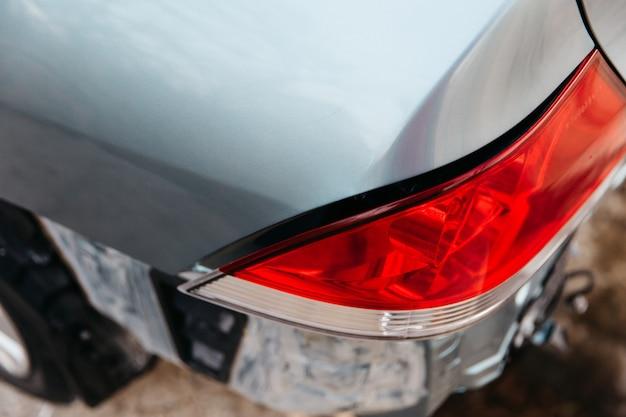 Задний фонарь автомобиля сломался в результате аварии