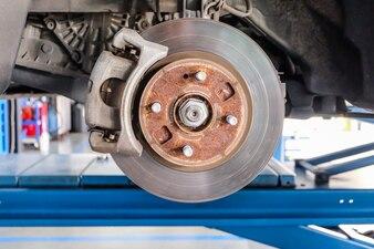 車はショードラムブレーキアセンブリから車輪を取る