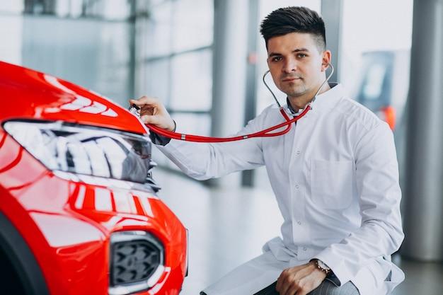 Автомобильный техник со стетоскопом в автосалоне