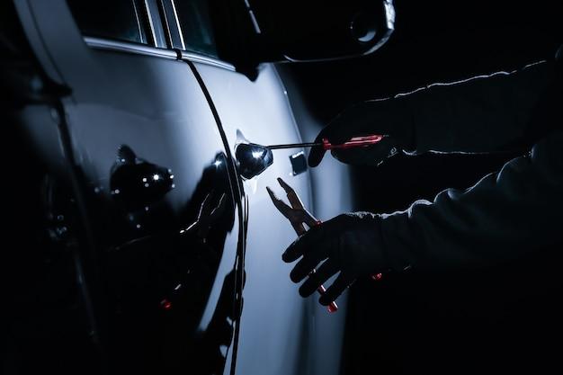 도구를 사용하여 자동차에 침입하는 자동차 도둑