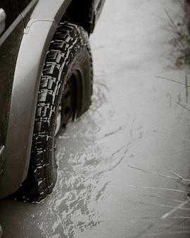 물에 갇힌 자동차 타이어 근접 촬영