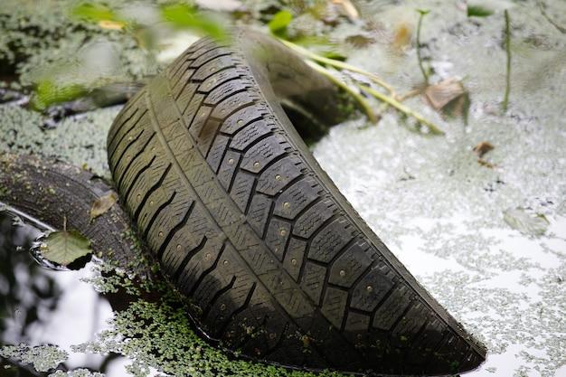 水中の車のタイヤ。事故の概念