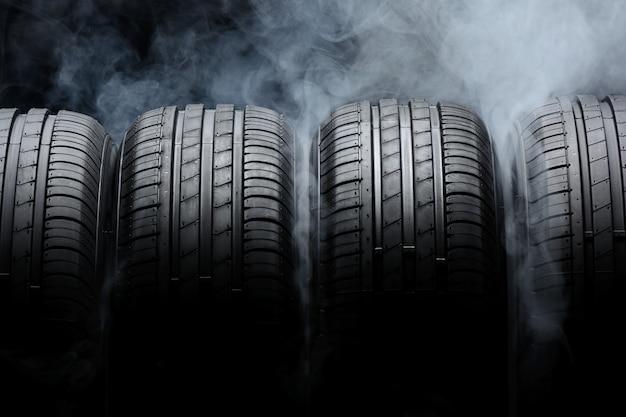 Автомобильные шины и дым на черном