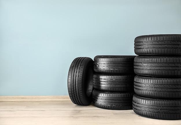 컬러 벽 근처 자동차 타이어