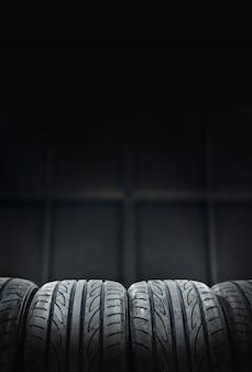 Автомобильные шины на черном фоне для копирования пространства