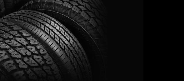 검은 배경에 자동차 타이어