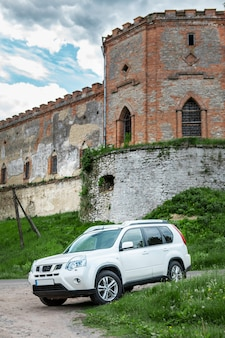 오래된 성 복사 공간 앞의 자동차 여행 컨셉 suv