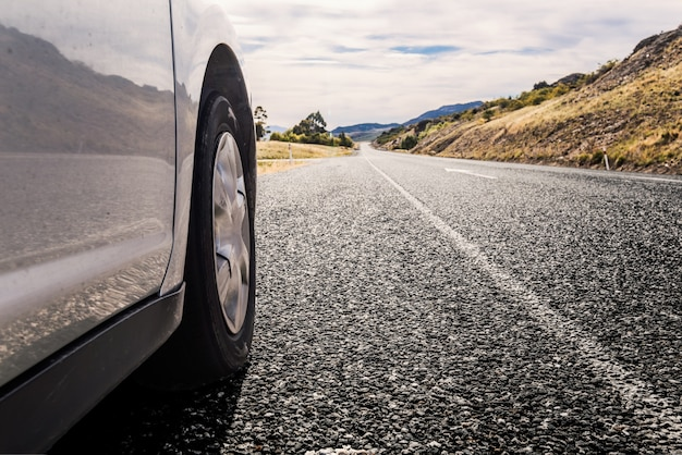 도로로 여행하는 자동차