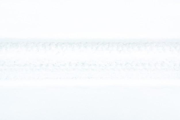 雪の上の車のトレッドマーク