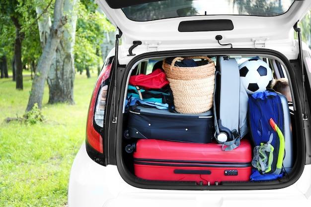 Багажник автомобиля полный сумок