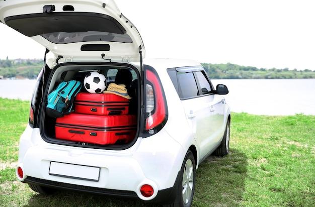 수하물과 자동차 트렁크. 여행 컨셉