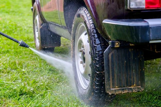 午後の屋外での高圧洗車