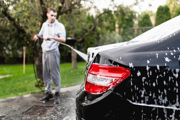 가압 된 물, 자동차 디테일링 (또는 발레 팅) 컨셉으로 세차장.