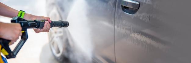圧力下の水による洗車セルフサービス洗車広告コピースペース用のスペース