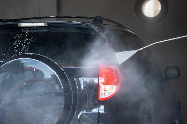 Мойка. очистка автомобиля водой под высоким давлением и пеной