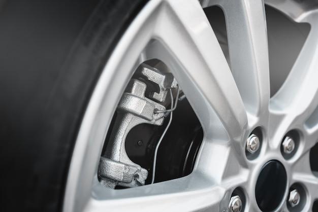 Колесо автомобиля. дисковые тормоза. суппорт и колодки.