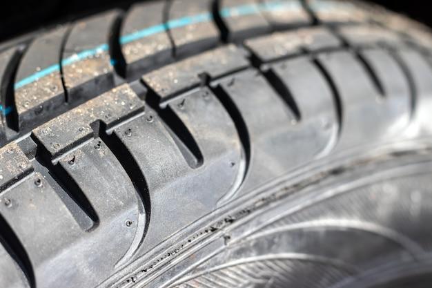 新しい夏用タイヤ付きの車のホイール。セレクティブフォーカス。クローズアップビュー