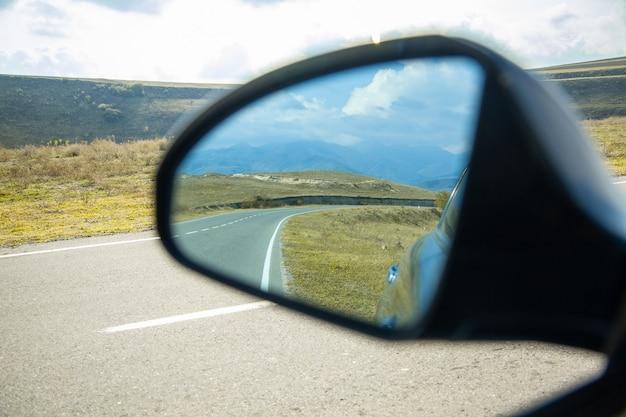 空の下の道路と車の窓