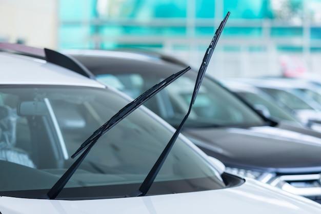 쇼룸에서 새로운 자동차를위한 자동차 앞 유리 비 와이퍼