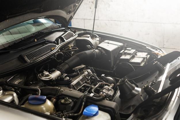 自動車修理工場のノーペンフード付き車