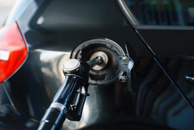 Автомобиль с пушкой в баке крупным планом, заправка на азс, заправка, никто. заправка бензином, бензином или дизельным топливом, заправка бензином