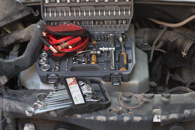 후드가 열린 자동차, 엔진 점화용 키 및 전선 세트.