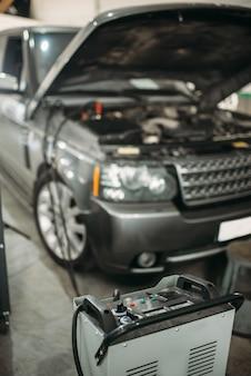 후드와 충전 스테이션이 열린 차량