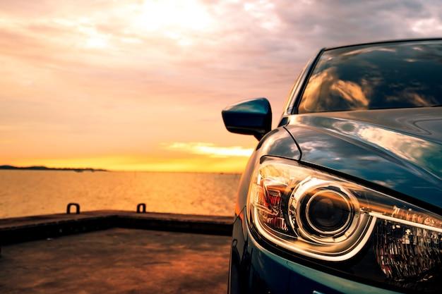 Автомобиль со спортом и современным дизайном припаркован на дороге