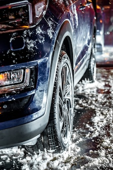 スタンドに冬用タイヤが装着された車、冬季、雪と氷。