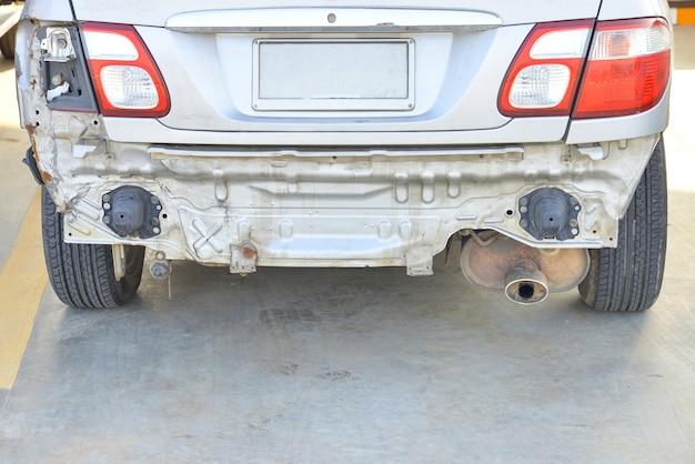 Авария автомобиля на стоянке с большими повреждениями и поломками. автомобильная авария и концепция безопасности.