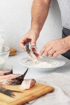 男はcar川の魚を準備します。健康食品とダイエット食品の調理