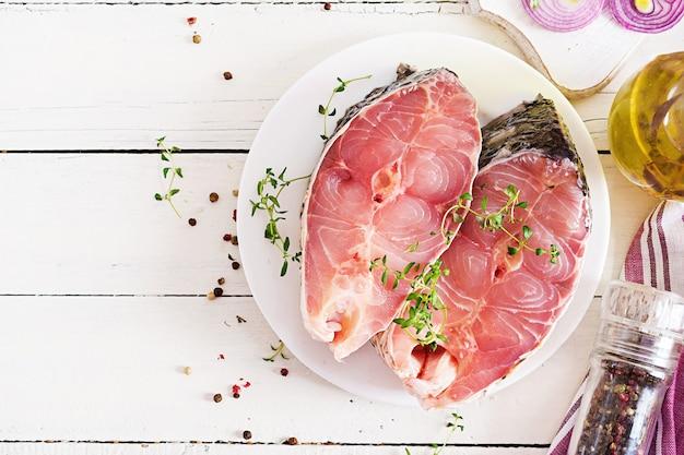 レモンとタイムのcar魚の生ステーキ。羊皮紙で焙煎する魚を準備します。上面図。平置き