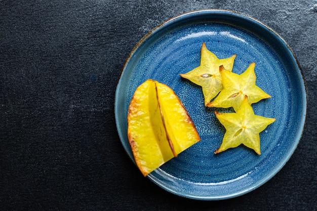 카람 볼라 신선한 스타 과일 조각 케토 또는 팔 레오 다이어트