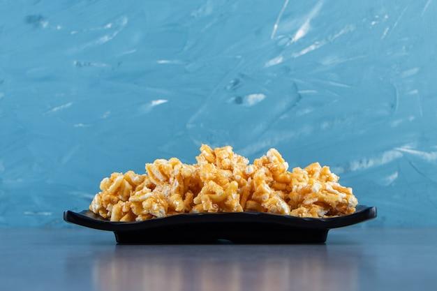 Caramelle al caramello su un piatto sulla superficie di marmo