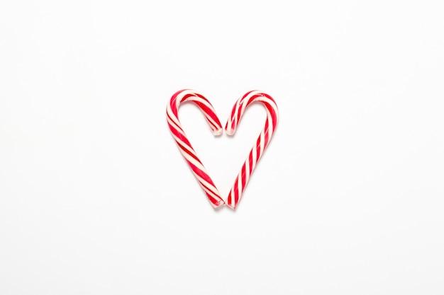 Карамельный тростник, сложенный в форме сердца, изолированные