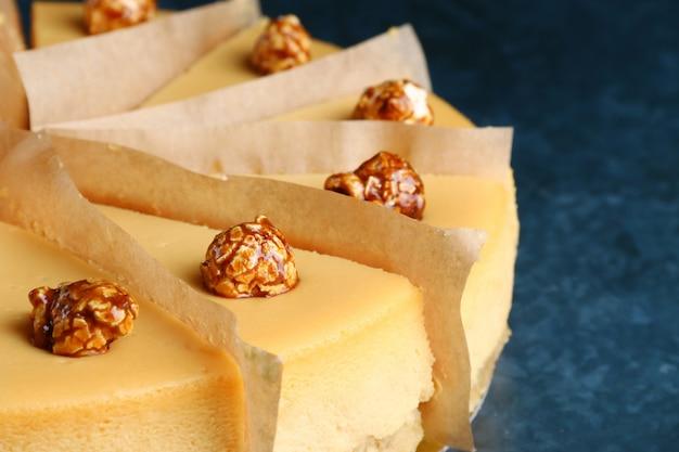 ポップコーンと塩キャラメルソースのキャラメルチーズケーキ
