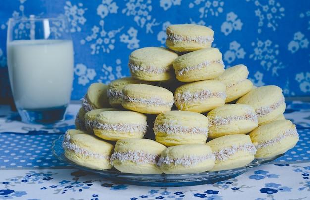 青い布のキャラメルクッキー
