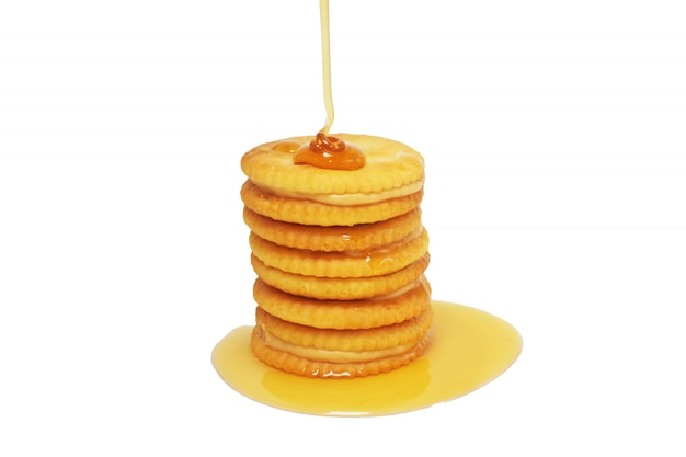 白地に蜂蜜の甘いデザートおいしい食べ物をのせたキャラメル蜂蜜ビスケット