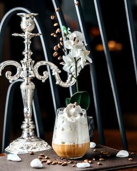 テーブルの上のキャラメルマキアート