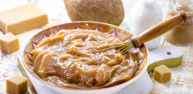 Карамельный или веганский дульсе де лече, приготовленный на кокосовом молоке, органические сладости