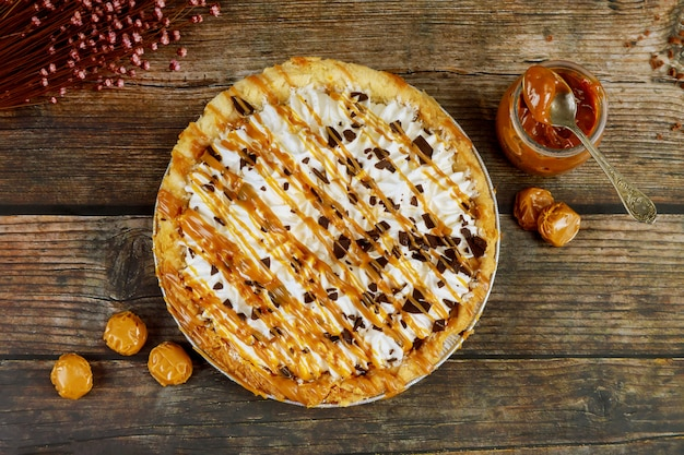 ホイップクリームとチョコレートのトッピングが入ったキャラメルパイ