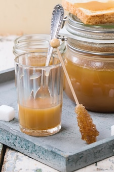 Карамельный соус в стакане